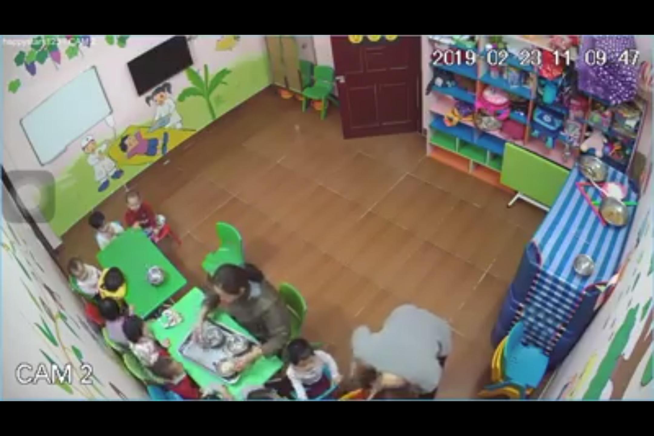 Cô giáo đánh trẻ tím mặt trong lớp học ở Hà Nội