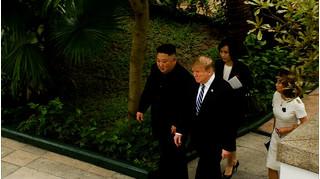 Ông Donald Trump và ngài Kim Jong Un dạo bộ tại khách sạn Metropole sau cuộc họp kín