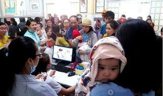 Quảng Nam: Xếp hàng từ 3-4 giờ sáng để chích ngừa vắc xin cho con