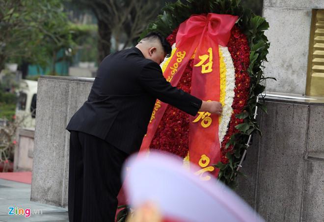 Trước khi về nước, ông Kim Jong Un viếng Chủ tịch Hồ Chí Minh