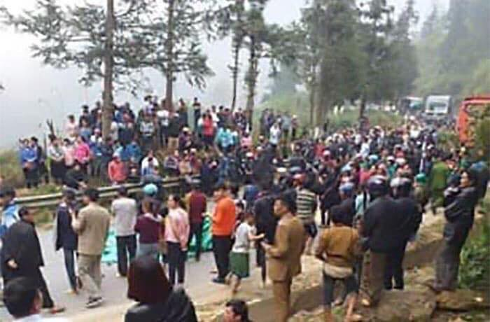 Hàng trăm người thân, bạn bè của nạn nhân kéo ra đường đòi bồi thường