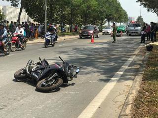 Nam thanh niên lái mô tô văng vào lề đường tử vong sau va chạm cực mạnh