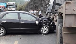 Cố lách qua hiện trường vụ tai nạn rồi mắc kẹt, xe đầu kéo gây ách tắc nghiêm trọng