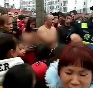 Bị 'cắm sừng', người phụ nữ bắt chồng và nhân tình khỏa thân rồi trói lên cây