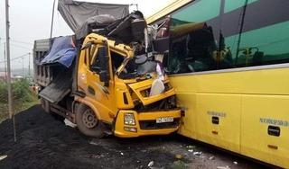 Quảng Ninh: Xe tải đầu đầu xe khách, hai tài xế bị thương nặng