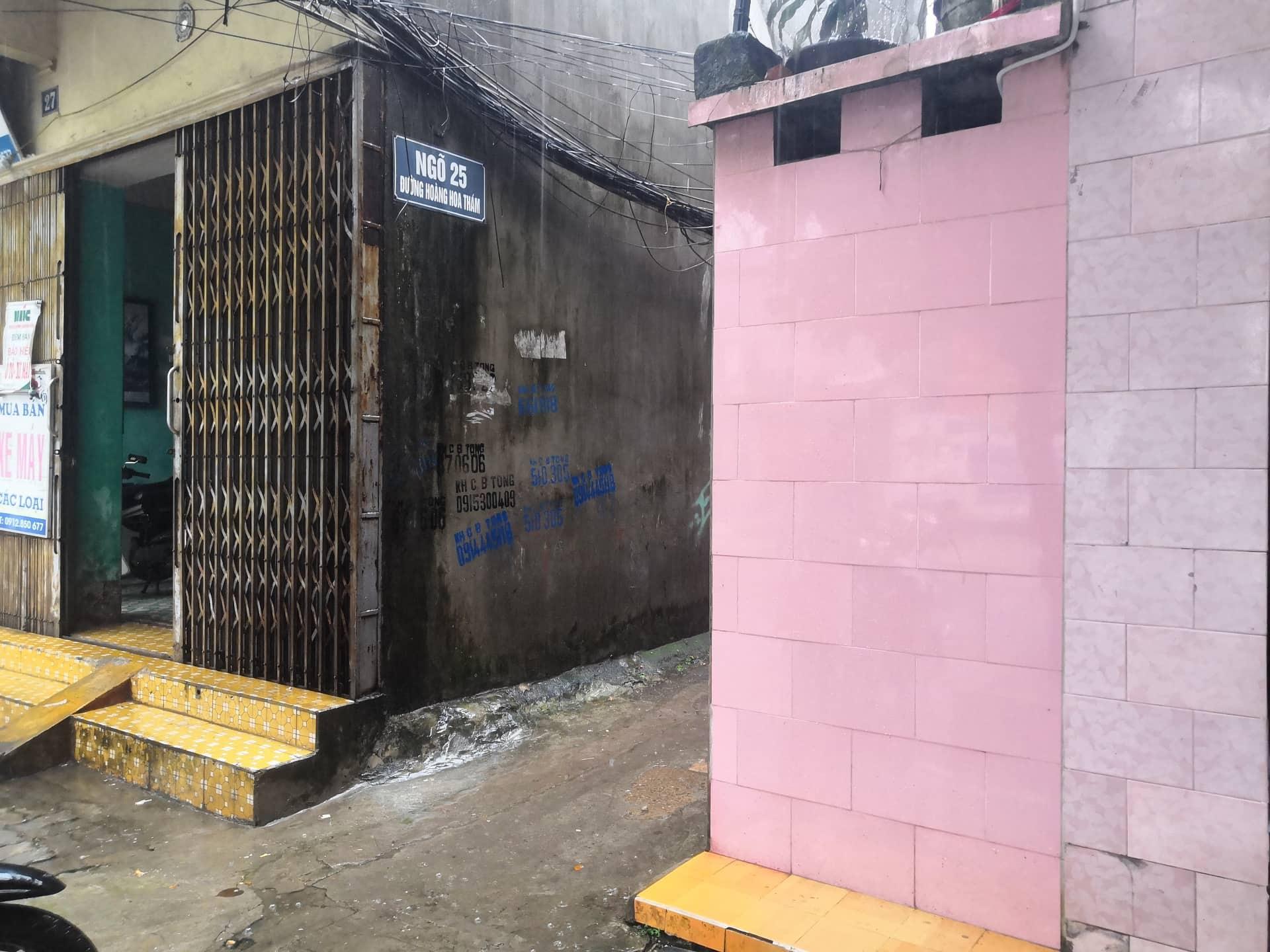 Con ngõ nơi dẫn vào ngôi nhà xảy ra vụ truy sát kinh hoàng trên phố Hoàng Hoa Thám