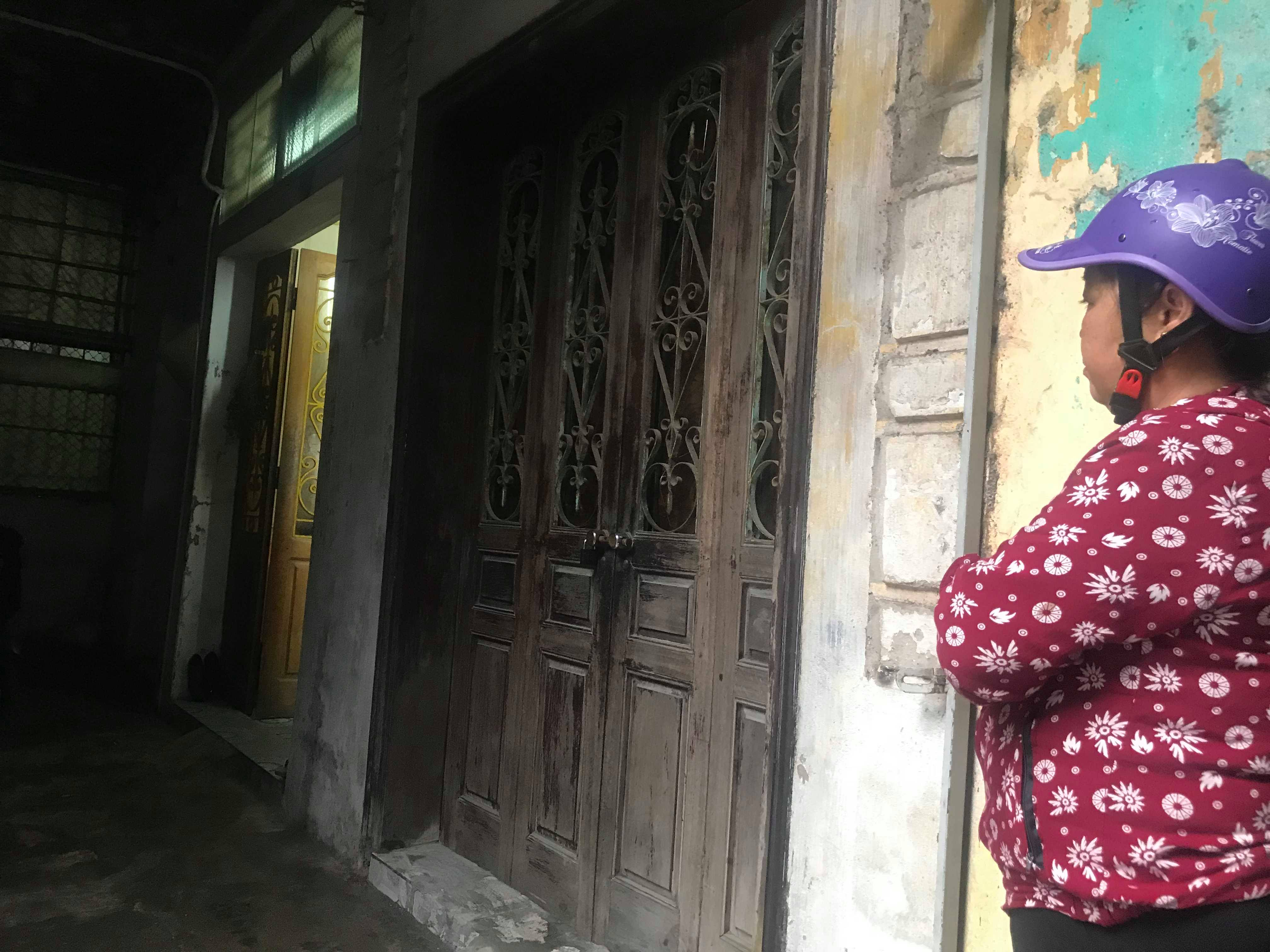 Ngôi nhà xảy ra thảm án ở phóa trong, còn căn phía ngoài đóng cửa là nhà của đối tượng Ba thuê ở