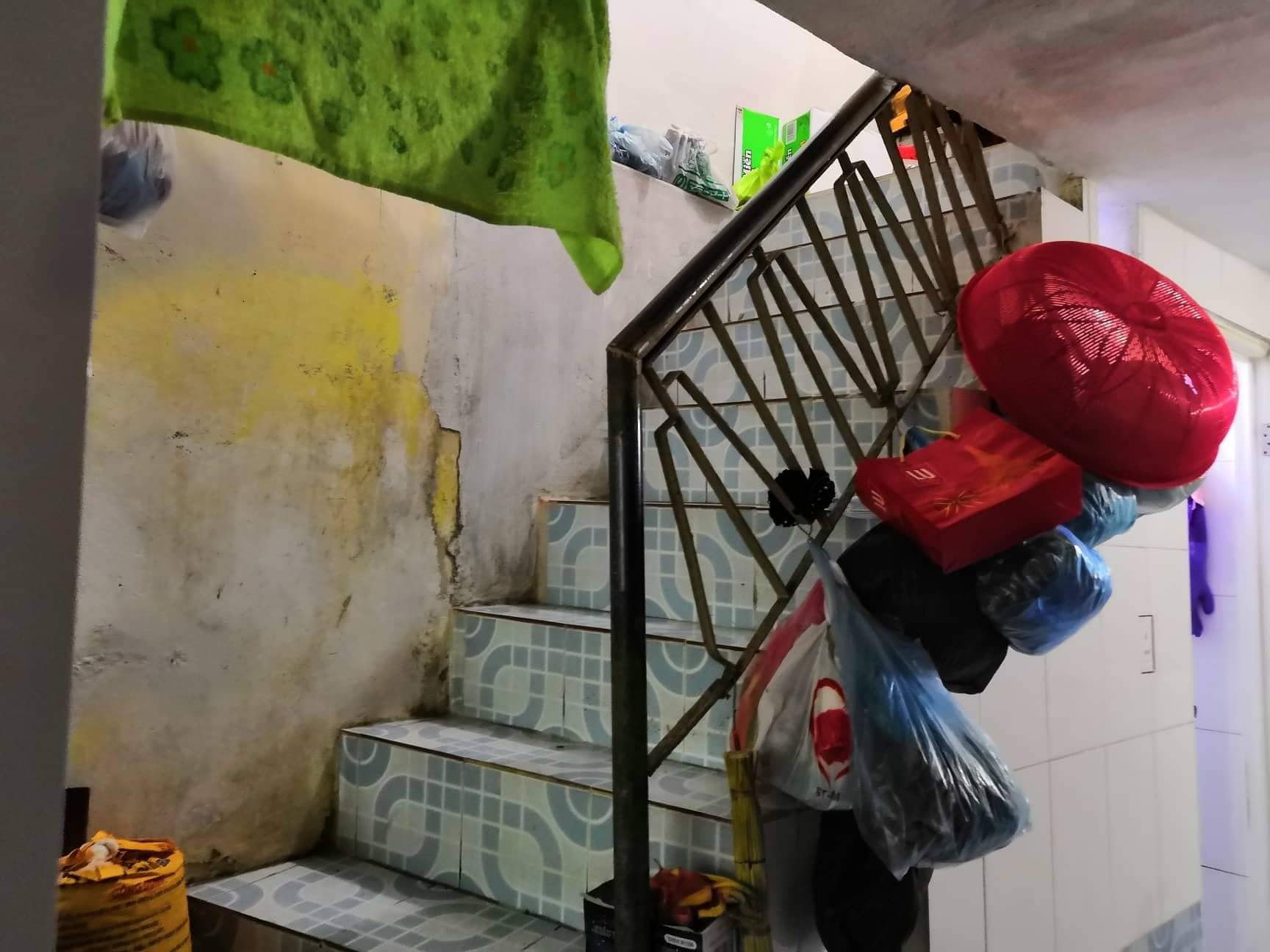 Cầu thang bước lên tầng tum của nhà ông Đ. các vết máu đã được lau sạch