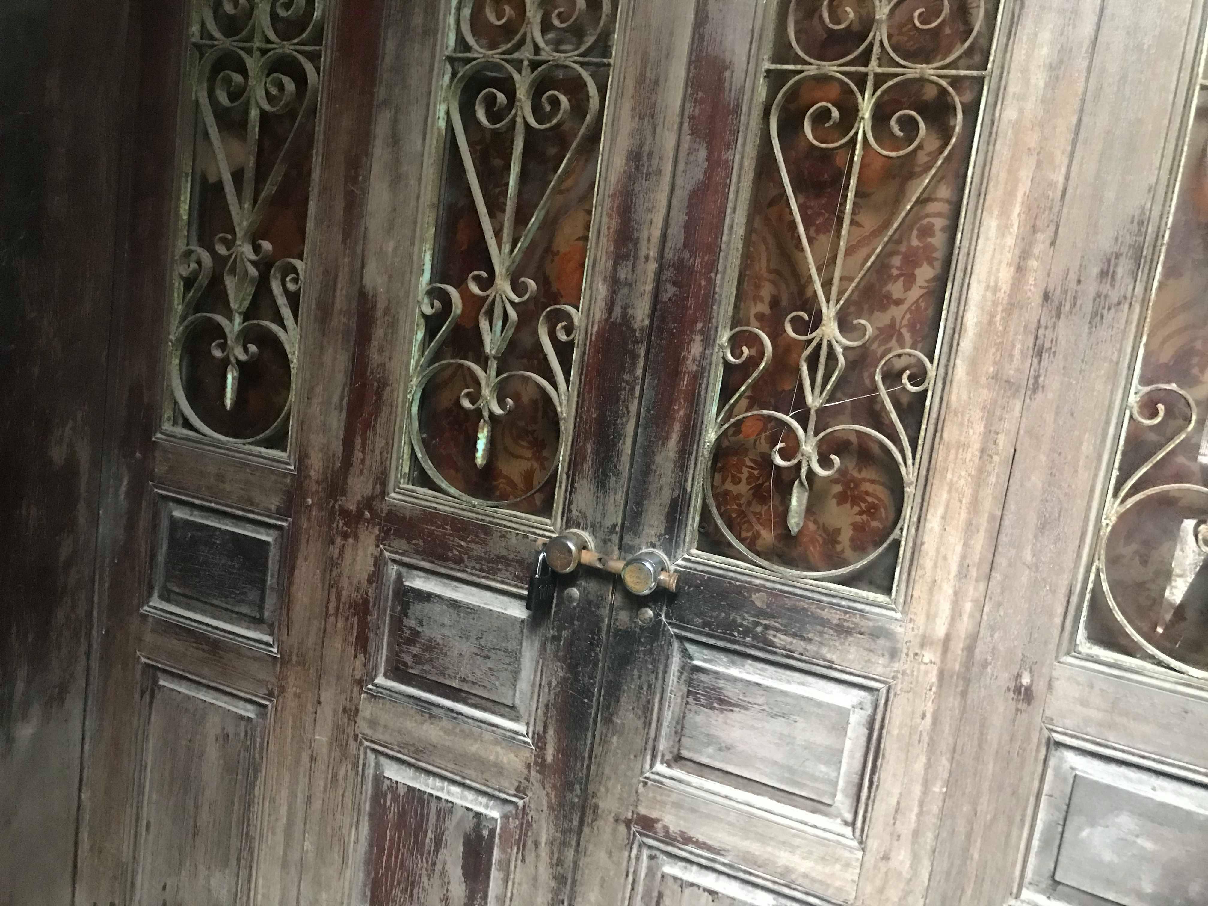 Ngôi nhà của đối tượng Ba thuê ở để hành nghề thầy cúng. Sau khi sự việc xảy ra cơ quan chức năng đẫ khóa cửa và niêm phong