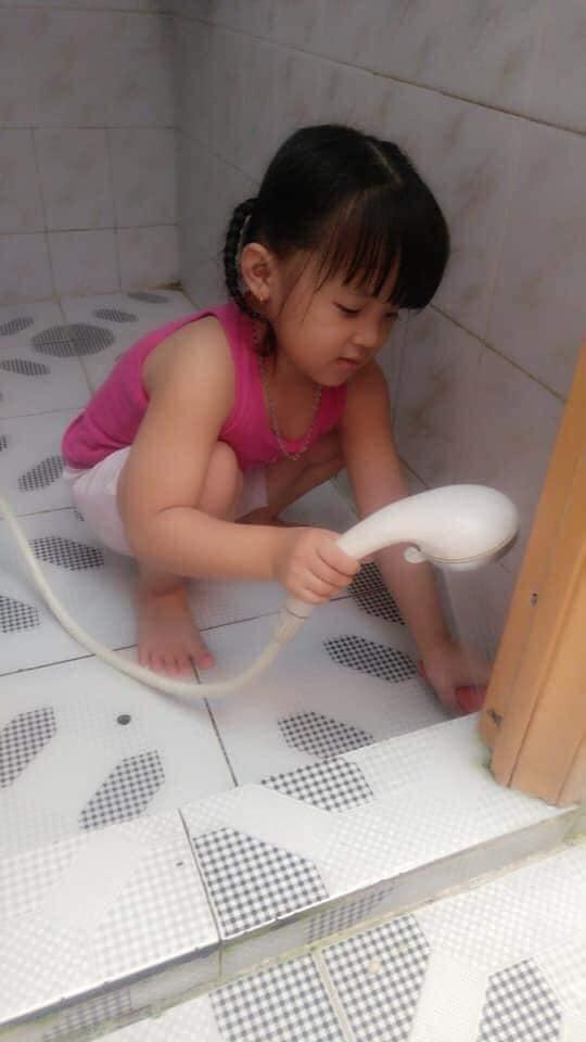 Bé gái 4 tuổi đã tất bật cơm nước, giặt giũ cả ngày bởi lý do ai nấy đều rơi nước mắt