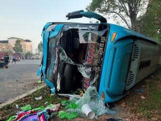 Hai ô tô lật ngang đường sau cú tông kinh hoàng, tài xế tử vong