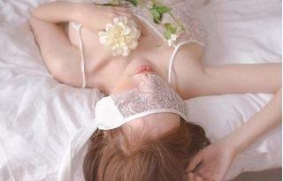 Elly Trần gây thổn thức với hình ảnh mặc nội y trên giường