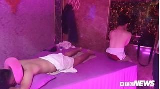 Tiếp viên 20 tuổi thoát y phục vụ khách trong tiệm massage