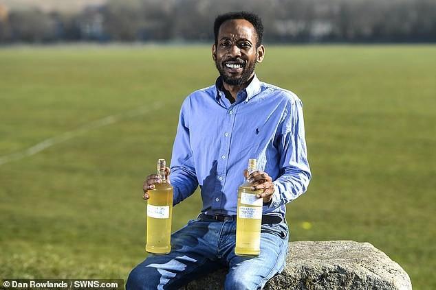 Người đàn ông thấy tuyệt vời khi uống nước tiểu của mình suốt 3 năm