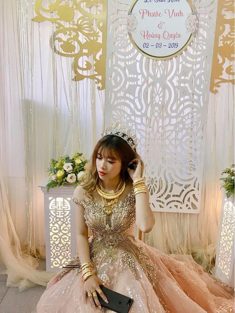 Cô dâu Trà Vinh đeo vàng nặng trĩu cổ gây 'bão' mạng