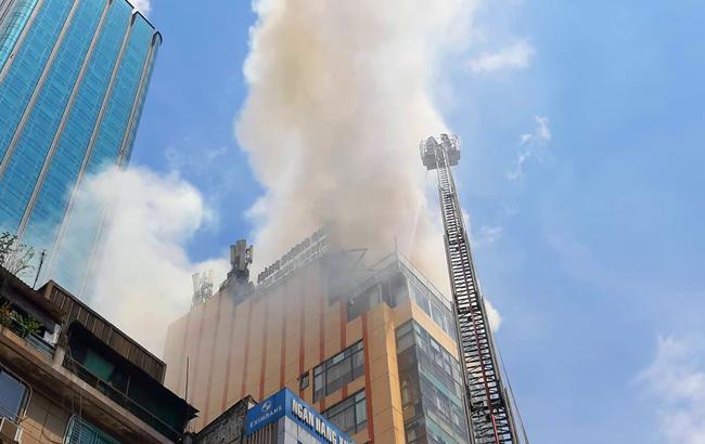 Tháo chạy khi lửa bùng phát từ tầng tượng tòa nhà trung tâm Sài Gòn