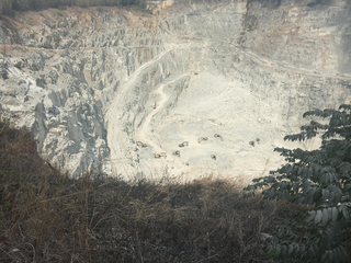 Đang lên dốc, xe ben lao thẳng xuống vực đá sâu khiến tài xế chết thảm
