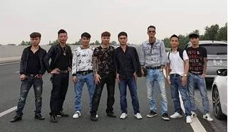 Bất chấp nguy hiểm, nhóm thanh niên đứng giữa cao tốc Hà Nội - Hải Phòng chụp ảnh