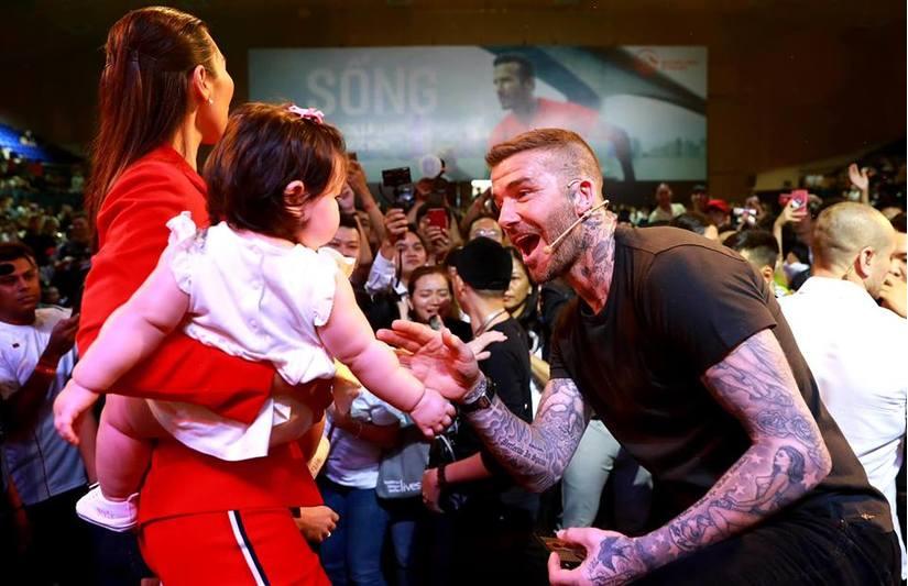 Siêu mẫu Hà Anh kể chuyện David Beckham rất tình cảm sẵn sàng bế hộ con gái để cho cô chụp ảnh.
