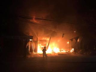 Kịp thời đạp cửa thoát khỏi vụ cháy xưởng lốp ô tô lúc rạng sáng, 6 người thoát chết