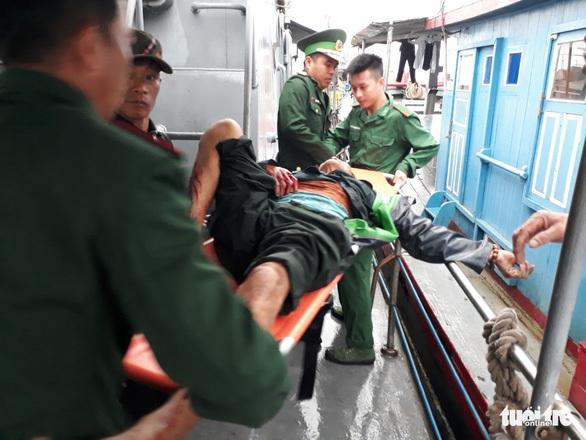 Cấp cứu 6 ngư dân bị thương nặng trong vụ nổ bình gas trên tàu cá