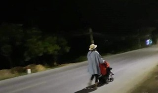 Xót xa hình ảnh 'hot girl Bella' đưa con trai nhỏ lang thang trong đêm lạnh