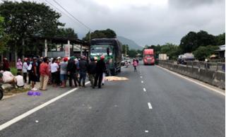 Từ cabin bước xuống đường, tài xế xe tải bị xe khách tông tử vong