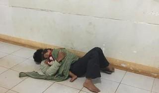 Xót xa bố ôm con nhỏ co ro ngủ dưới sàn hành lang bệnh viện đợi mẹ đi sinh
