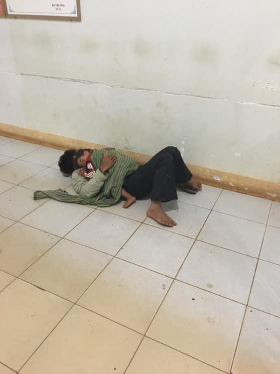 Xót xa hình ảnh bố ôm con nhỏ co ro nằm ngủ nơi hành lang bệnh viện đợi mẹ đi sinh