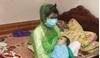 Hình ảnh mẹ bị thủy đậu cho con bú khiến cư dân mạng tranh cãi