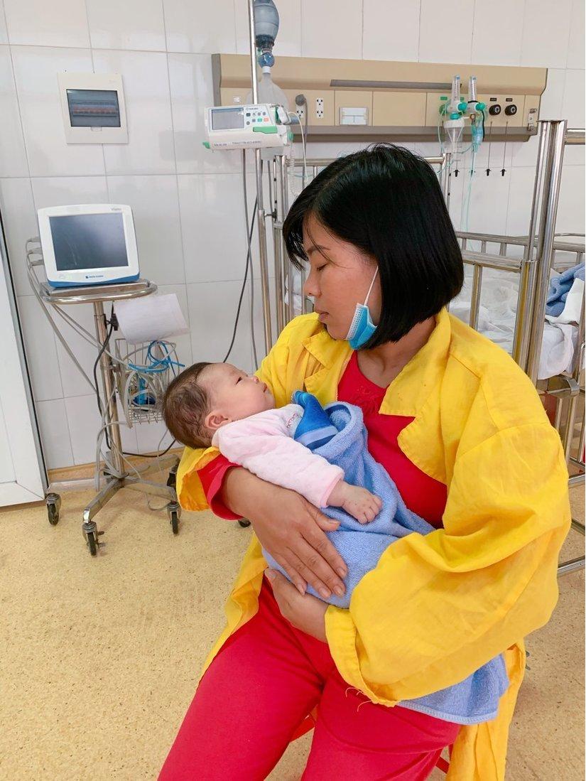 Căng thẳng đến nghẹt thở cứu bé gái 2 tháng tuổi bị sốc phản vệ