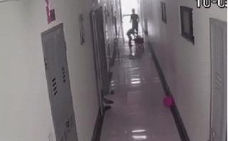 CLIP: Người đàn ông tát 2 bé trai đang chơi trong chung cư gây phẫn nộ