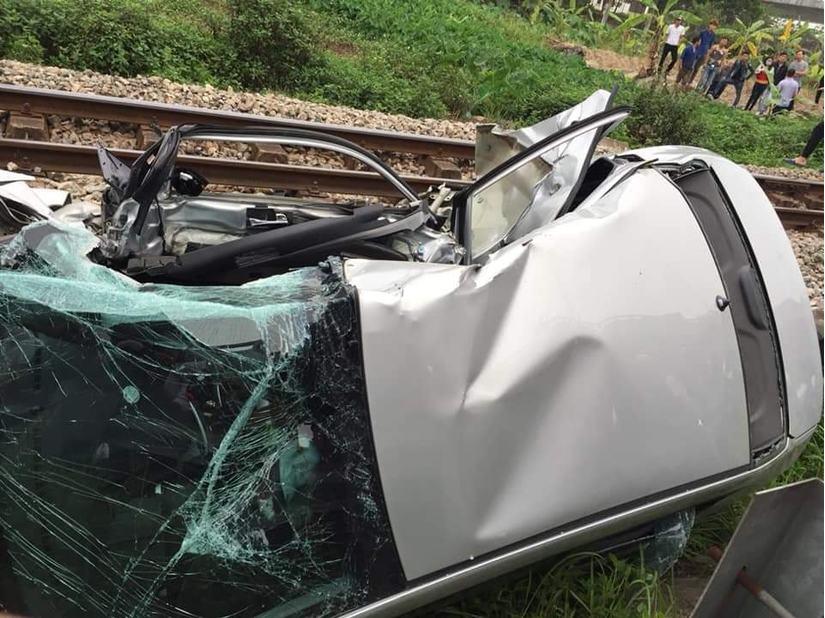 Hải Dương: Sang đường không quan sát, xe ô bị tàu hoả kéo lê, 5 người bị thương3