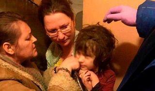 Bé gái 5 tuổi sống 'hoang dã' một mình trong căn hộ vô cùng bẩn thỉu