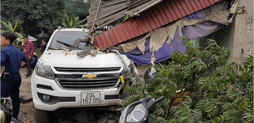 Hải Dương: Xe bán tải gây tai nạn liên hoàn, 2 người bị thương3