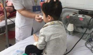 Bố mẹ kiên quyết nói không với vắc xin sởi, bé gái 17 tháng phải nhập viện cấp cứu