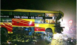 Đầu xe khách nát bét sau khi tông xe đầu kéo, phụ xe mắc kẹt tử vong tại chỗ