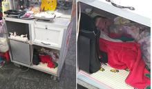 Nghẹn ngào hình ảnh em bé nằm chơi trong tủ bán hàng, rong ruổi cùng mẹ mưu sinh