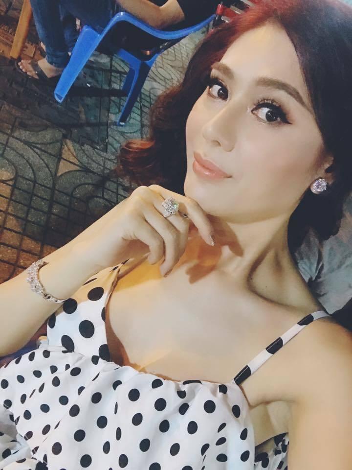 Lâm Khánh Chi được tặng nhẫn kim cương khủng giá 20 tỷ