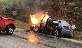 Va chạm với xe bán tải, Ford Explorer bốc cháy ngùn ngụt