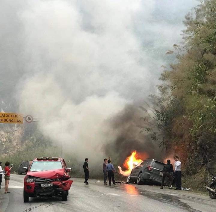 Đối đầu xe bán tải, ô tô 7 chỗ bốc cháy ngùn ngụt