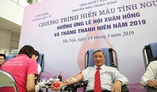 Thứ trưởng Bộ y tế cùng nhiều cán bộ ngành y tham gia hiến máu tình nguyện