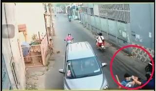 Clip: Đang trên đường đi mua đồ ăn, người đàn ông bị truy sát kinh hoàng