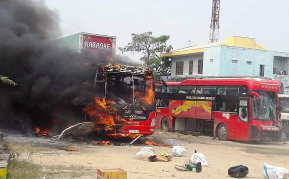Quảng Nam: Xe khách bất ngờ bốc cháy như đuốc khi đậu trong bến