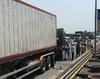 Xe tải húc đuôi container trên cao tốc, 2 người tử vong trong cabin