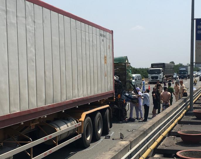 Xe tải húc đuôi xe container trên cao tốc, 2 người chết