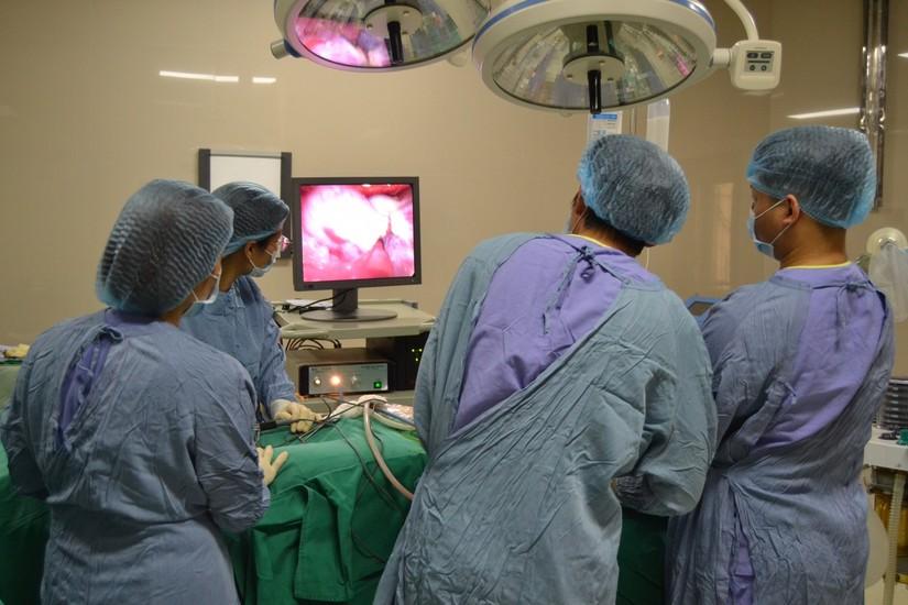 Cứu sống sản phụ bị u nang buồng trứng vẫn bảo toàn thai nhi 16 tuần