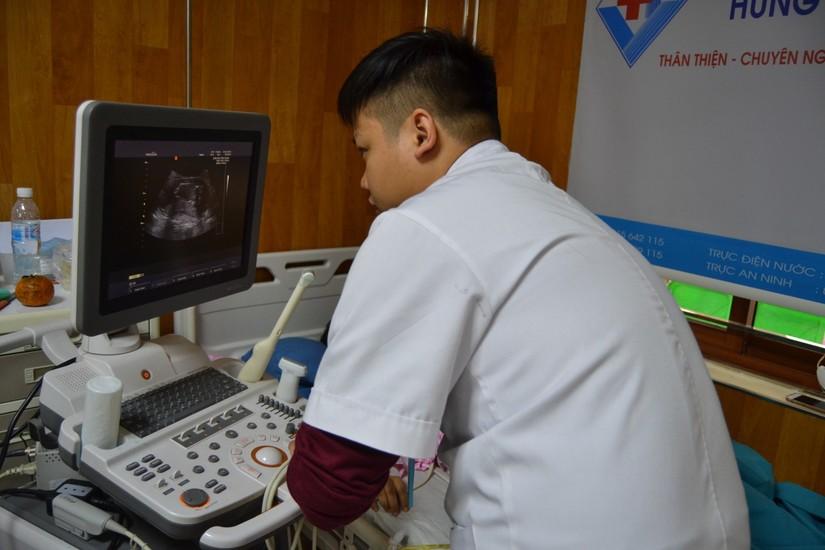 Cứu sống sản phụ bị u nang buồng trứng vẫn bảo toàn thai nhi 16 tuần 3