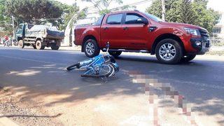 Nữ sinh lớp 7 bị xe khách kéo lê gần 30 mét trước cổng trường, tử vong
