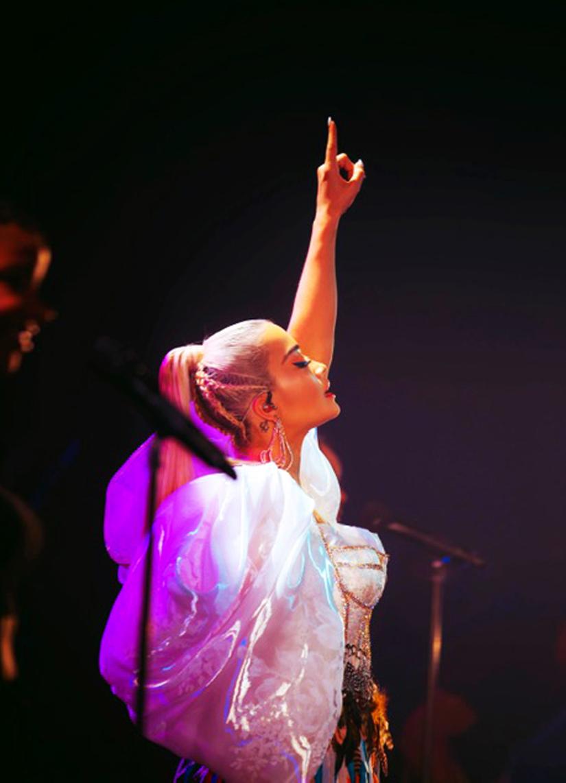 Ca sĩ Rita Ora diện thiết kế của Công Trí 'thổi tung' sân khấu trong Tour diễn Pheonix